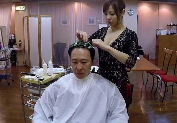 ◆誘惑◆それとなく巨乳を押し付ける美容師!魅惑のビューティーサロンで髪色抜いて精子もヌいてもらうww