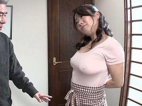 ◆熟女◆乳首ポッチで男を誘惑!ノーブラおばさんの乳首に我を忘れてしまう男ww