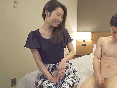 ◆熟女◆勃起チ○ポに目が釘付け!久々チ○ポを手コキ、痴女責めしちゃうご無沙汰人妻!!