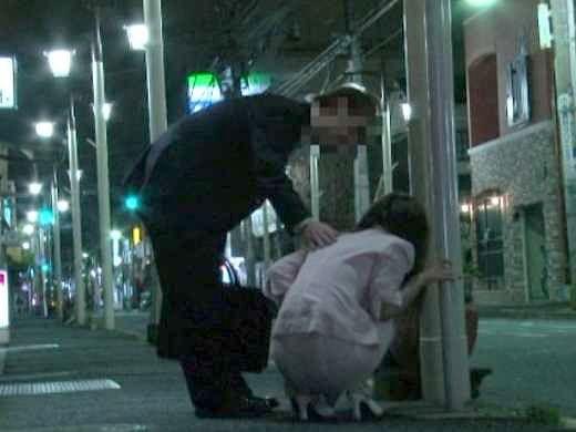 ◆レイプ◆酒を飲みすぎて道路で寝てしまった女を発見!助けると見せかけてテイクアウトし即ハメしちゃう鬼畜な男の犯行がコチラ