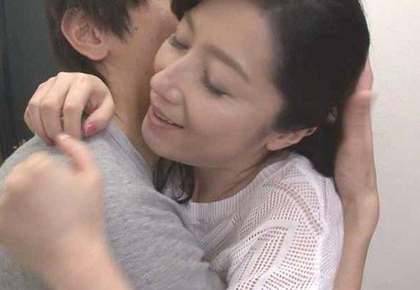 ◆熟女◆『いっぱい挿れてぇぇ♥』夫を送って息子とFuck!!ぜったい内緒の母子相姦、越えられない一線を余裕でクリアするw