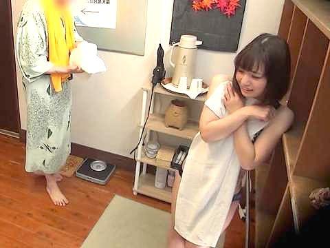 ◆温泉◆『いやッ…恥ずかしい…♥』タオル1枚で男湯に突撃!素人美少女の奮闘ぶりを盗撮しちゃうww