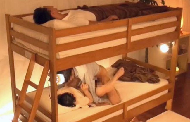◆素人ナンパ◆「えぇッ…また出しちゃったの…♥」眠る彼氏にぜったい内緒!友達男が中出ししまくり完全に寝取っちゃうww