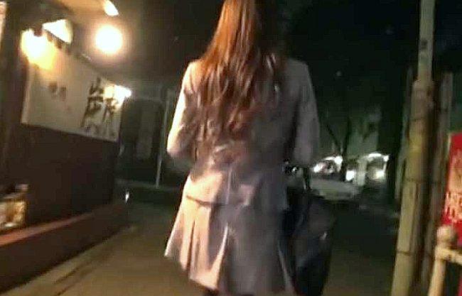 ◆レイプ◆『お願い、離して…!』街で見つけたOLをつけ回して強襲!震え上がる美女に膣内射精、余裕で逃走する男!!