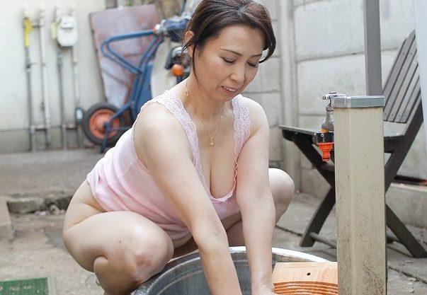 ◆熟女◆『んっ、恥ずかしい…♥』洗濯人妻のマンチラに欲情!暴走する息子チ○ポに悶えちゃう近親相姦Fuckwww