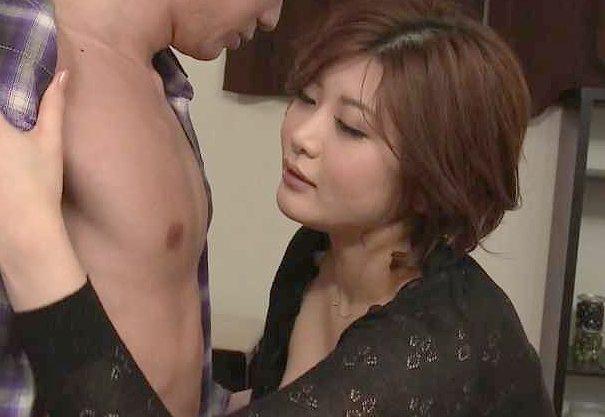 ◆熟女◆『興奮しちゃった?♥』新しい母の巨乳に目が釘付け!SEXのぞきで大興奮のウブ少年