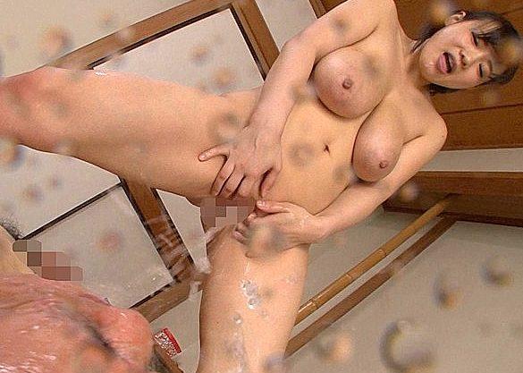 ◆放尿◆『いっぱいかけてあげる♥』巨乳痴女がM男を乳首責め&フェラ奉仕!おしっこぶっかけで凌辱する超乳美女w