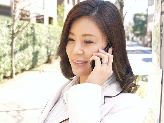 ◆熟女◆『サービスしちゃいます♥』おばさん外交員が枕営業!オナニー見せつけ四十路ボディで誘惑しまくり契約成立w