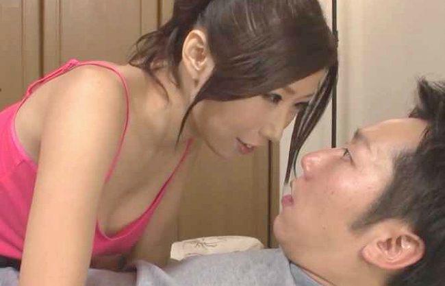 ◆爆乳◆『ナイショでしてあげる…♥』恋人のお母さんが迫って彼氏を寝取り!巨乳奉仕の痴女責めに屈する若者ww